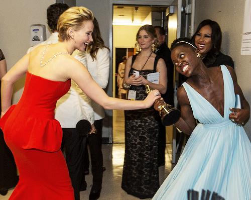 Jennifer Lawrence försöker sno Lupitas Oscar